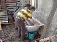 Wurmfarm bauen: Die Wurmfarm bietet die Möglichkeit, auch auf kleinem Raum die Nährstoffe im System zu halten und so einen Teil des eigenen Bedarfs an frischer Pflanzerde selbst zu decken.