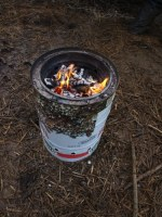 Im World-Stove entsteht Holzkohle beim Kochen als Abfall. Diese kann zur Herstellung von Terra-Preta verwendet werden