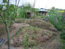 Mandala-Garten im Vordergrund der Bienenhütte