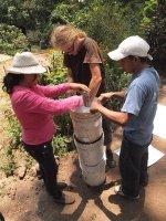 Aus Kübeln und Petflaschen wird ein einfacher vertikaler Garten gebaut